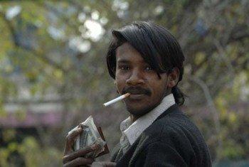 Un fumeur au Pakistan.