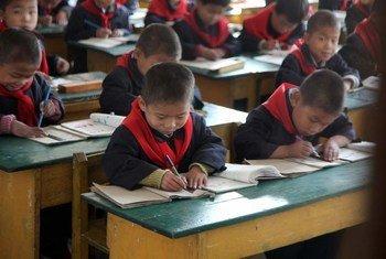 Une salle de classe dans une école en République démocratique populaire de Corée.