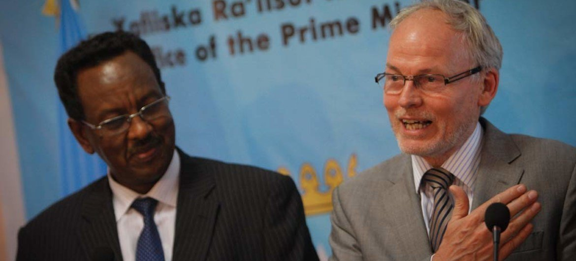 Head of the new UN Assistance Mission in Somalia (UNSOM) Nicholas Kay (right), with Prime Minister Abdi Farah Shirdon at a joint press briefing in Mogadishu.