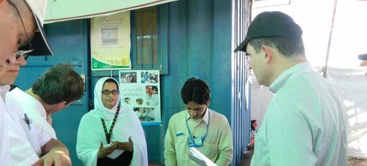 OCHA Operations Director John Ging (right) visits a grievance desk in the Jalozai camp for displaced families on his visit to Pakistan from 28 to 31 May 2013.