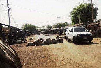 Une voiture traverse un barrage militaire à Maiduguri au Nigéria (archive)
