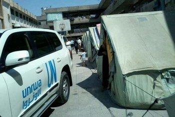Un véhicule de l'UNRWA dans un camp de réfugiés palestiniens en Syrie.