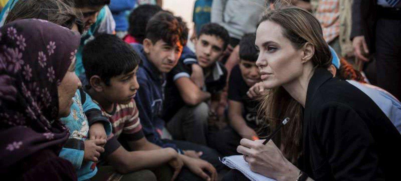 Angelina Jolie con refugiados sirios (Foto de archivo: ACNUR- Laban Mattei)