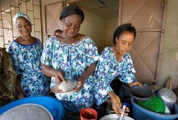 在非政府组织的帮助下科特迪瓦的丧偶妇女们在约普贡经营的一家小餐馆。联合国照片/Ky Chung