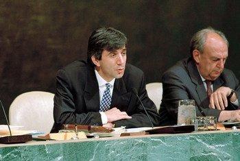Le Président de la 47ème Assemblée générale, Stoyan Ganev, de la Bulgarie (au centre). Photo ONU/Michos Tzovaras