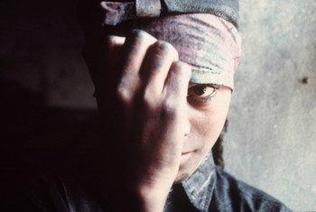 Le travail forcé se traduit souvent par des salaires impayés, de longues heures de travail excessives sans jour de repos, la confiscation des pièces d'identité, peu de liberté de mouvement, la déception, l'intimidation et les violences physiques et sexuelles.