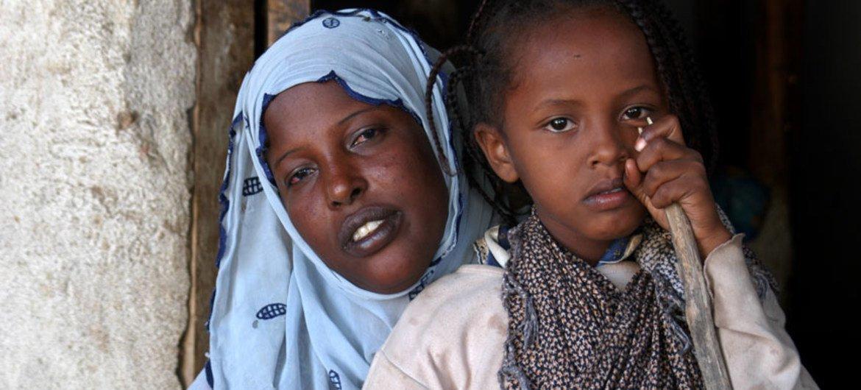 Asmah Mohamad, 6 ans, qui a été forcée de subir une procédure de mutilation génitale, est réconfortée par sa mère Bedria. Photo UNICEF/NYHQ2005-2229/Getachew