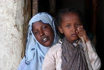 На руках у мамы шестилетняя Асма Мохамад, которая была вынуждена пройти  через болезненную процедуру обрезания.