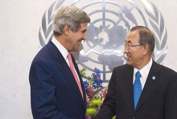 Le Secrétaire général Ban Ki-moon (à droite) et le Secrétaire d'Etat américain, John Kerry. Photo ONU/Mark Garten