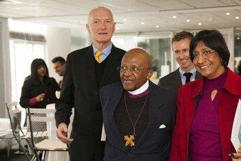 """Desmond Tutu (au milieu) et Navi Pillay pour le lancement de la campagne """"Libres et égaux"""" en Afrique du Sud."""