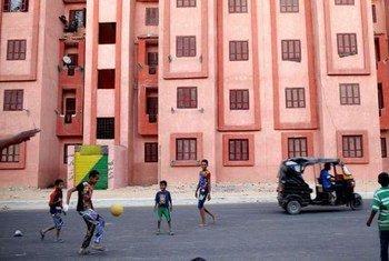 Des enfants syriens et égyptiens jouent au football dans un quartier déshérité du Caire. Photo HCR/S. Baldwin.