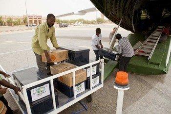 Débarquement du matériel électoral transporté par la MINUSMA en prévision des élections du 28 juillet au Mali.MINUSMA/Blagoje Grujic