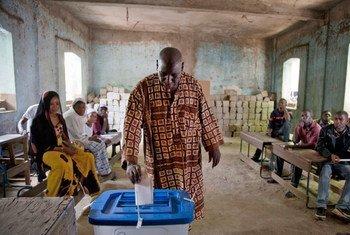 Un électeur vote lors du premier tour des élections présidentielles à l'Ecole de la République à Bamako, le 28 juillet 2013. Photo MINUSMA/Marco Dormino