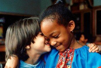 Deux enfants dans une école du quartier du Bronx, dans la ville de New York, montrent leur amitié à travers un signe spontané de compréhension mutuelle.