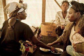 Dans l'Est de la République démocratique du Congo (RDC), où les violences contre les femmes se multiplient, des déplacées déjeunent ensemblent dans la tente qu'elles partagent.