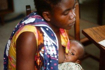 Mama akinyonyesha mwanae nchini Tanzania