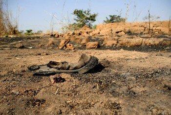 Aldea quemada en el camino a Bocaranga. Foto: Departamento para el Desarrollo Internacional del Reino Unido,/Simon Davis