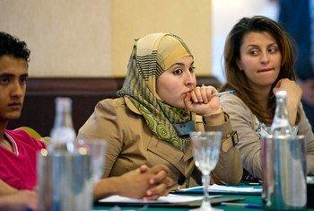De jeunes Tunisiennes participent à une table ronde avec le Secrétaire général de l'ONU suite aux manifestations pour la démocratie dans le pays. Photo ONU/Eskinder Debebe