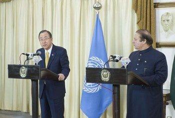 Secretary-General Ban Ki-moon (left) addresses a joint press conference with Prime Minister Nawaz Sharif of Pakistan.