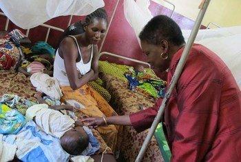 La Secrétaire générale adjointe aux affaires humanitaires, Valerie Amos, en République centrafricaine en juillet 2013.