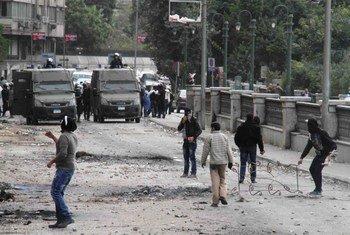 Des manifestants égyptiens se heurtent à la police au Caire, en Egypte.