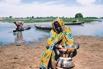Une femme cherche de l'eau au Niger.