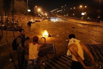 Des manifestants dressent des barricades au Caire en Égypte le 27 juillet 2013.