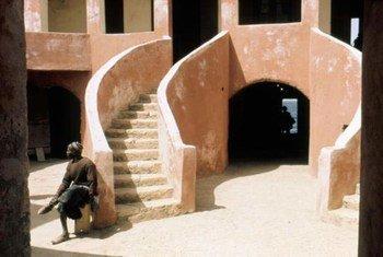 """塞内加尔格雷岛(Gorée)上的""""奴隶之家""""。15世纪到19世纪期间,格雷岛是非洲沿海地区最大的奴隶交易中心。"""