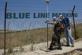 Des personnels de la FINUL devant la Ligne bleue, au Sud-Liban