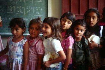 Des écoliers au Honduras attendant l'heure du déjeuner. Photo FAO/Giuseppe Bizzaro