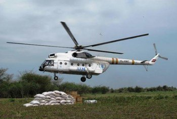 Un hélicoptère du Programme alimentaire mondial (PAM) distribue de l'aide à Bor, capitale de l'état de Jonglei, au Soudan du Sud.