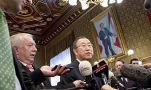 Secretary-General Ban Ki-moon (centre) speaks to journalists in Vienna, Austria.