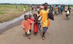 Des civils fuient la capitale centrafricaine Bangui.