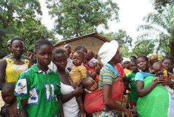 Des personnes attendent une distribution alimentaire du PAM en République centrafricaine.