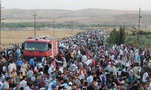 Des milliers de Syriens traversent la frontière avec l'Iraq.