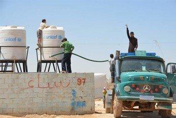 Abastecimiento de agua a campo de refugiados sirios en Jordania  Foto: IRIN/Heba Aly