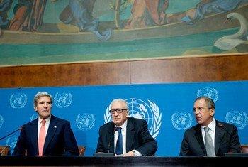 Lakhdar Brahimi (au centre), avec Serguei Lavrov (à droite) et John Kerry.