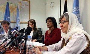 La Haut Commissaire des Nations Unies aux droits de l'homme, Navi Pillay (deuxième en partant de la droite), en conférence de presse à Kaboul, en Afghanistan, le 17 septembre 2013.