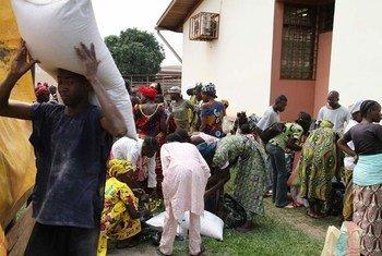 Des rations alimentaires sont remises par le PAM à des populations vulénrables près de Bangui, la capitale centrafricaine.