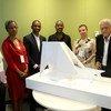 """""""El arca del retorno"""", monumento el honor a las víctimas de la trata transatlántica de esclavos. Junto a él, los jueces que evaluaron los proyectos presentados. Foto: ONU/DPI"""