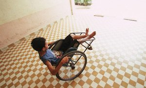 Un garçon handicapé joue avec sa chaise roulante dans un centre de réhabilitation. Photo Banque mondiale/Masaru Goto