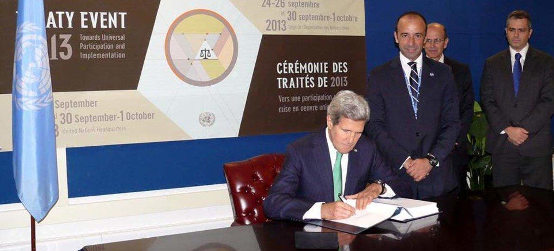 Бывший госсекретарь США Джон Керри подписывает Договор о торговле оружием