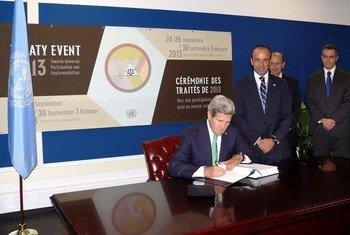 El Secretario de Estado de Estados Unidos  firma el Tratado de Comercio de Armas el 25 de septiembre de 2013  Foto de archivo: ONU/JC McIlwaine