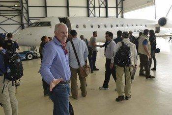 Le scientifique suédois Åke Sellström, l'équipe, chef de l'équipe de l'ONU sur les allégations d'utilisation d'armes chimiques en Syrie, avec d'autres membres, dans un aéroport de La Haye.