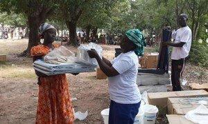 Une femme déplacée reçoit des articles de première nécessité de la part du HCR en République centrafricaine.