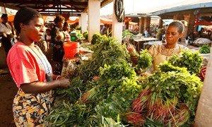 Une femme vend des légumes sur un marché à Lubumbashi, en République démocratique du Congo.