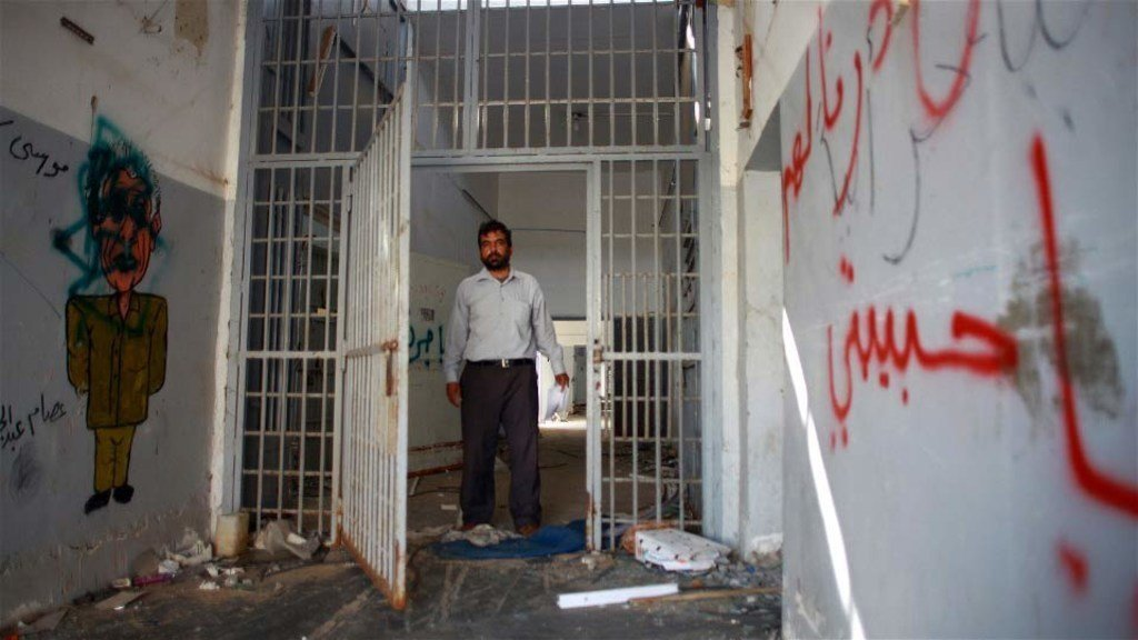 سجين سابق في سجن أبو سليم في طرابلس، ليبيا، يزور زنزانته في تشرين الأول/أكتوبر 2011. (من الأرشيف)
