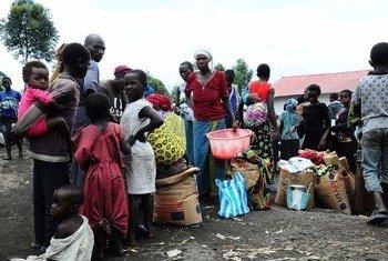 Personas desplazadas por la violencia en Kivu del Norte hacen fila par a recibir suministros humanitarios en un campamento cerca de Goma. Foto: OCHA/Imane Gana Cherif