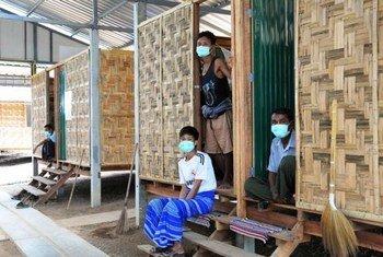 来自缅甸的结核病患者在泰国边境地区寻求治疗时,住在简陋的棚子里。