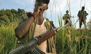 Des enfants soldats près de Bunia, en Ituri, dans l'est de la Répubolique démocratique du Congo (RDC).